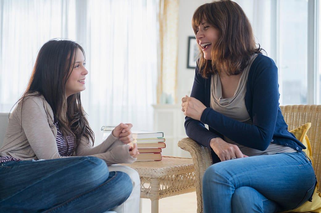 Una adolescente teniendo una conversación casual con su madre